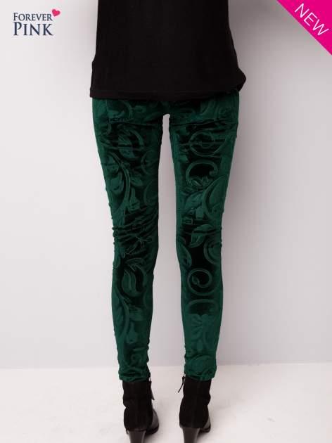 Ciemnozielone legginsy z weluru tłoczone w roślinny wzór                                  zdj.                                  3