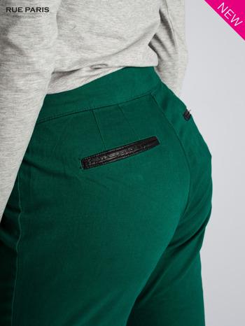 Ciemnozielone spodnie cygaretki ze skórzaną lamówką przy kieszeniach                                  zdj.                                  7