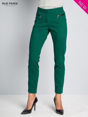 Ciemnozielone spodnie cygaretki ze skórzaną lamówką przy kieszeniach                                  zdj.                                  1