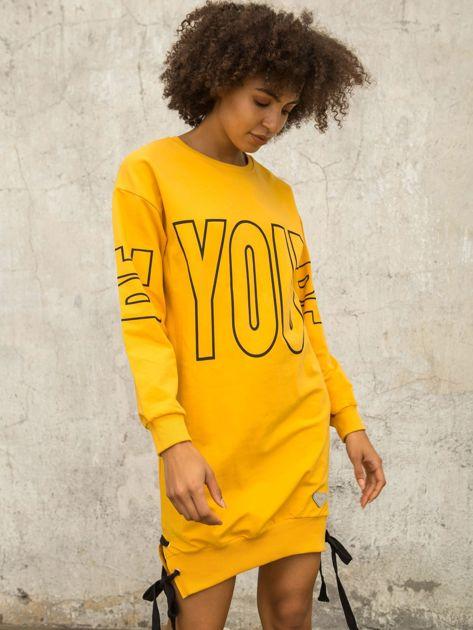 Ciemnożółta dresowa sukienka z nadrukiem                              zdj.                              4