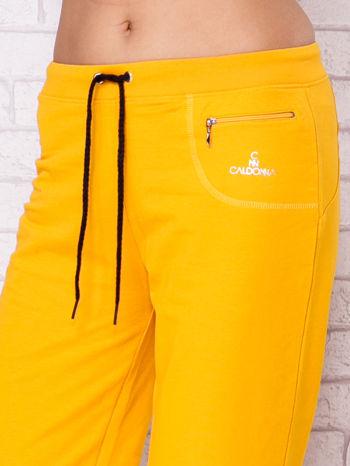 Ciemnożółte spodnie sportowe capri                                  zdj.                                  4
