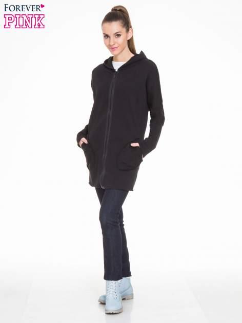 Czarna bluza na suwak z kapturem z surowym wykończeniem                                  zdj.                                  2