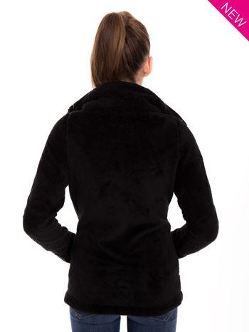 Czarna bluza pluszowa z wysokim kołnierzem                                  zdj.                                  3