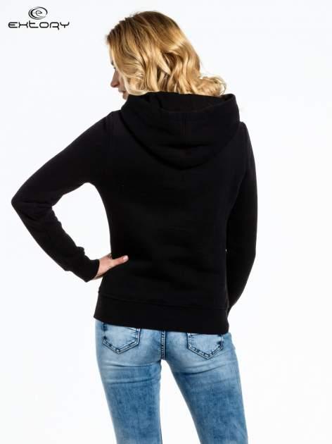 Czarna bluza sportowa z kapturem i nadrukiem w romby                                  zdj.                                  3