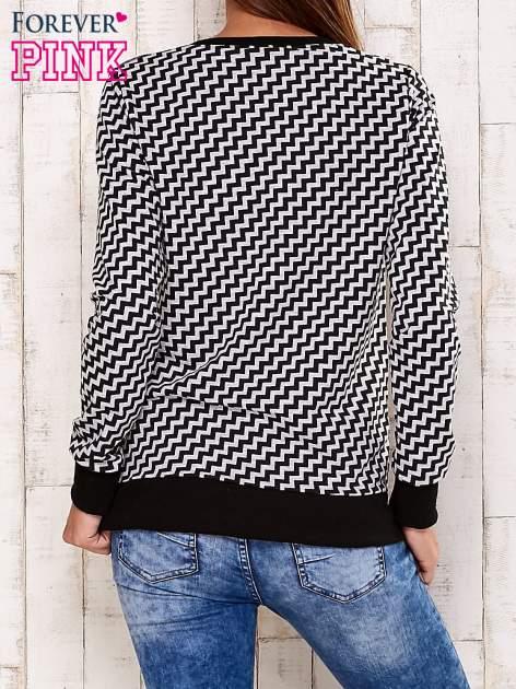 Czarna bluza z graficznym nadrukiem                                  zdj.                                  4