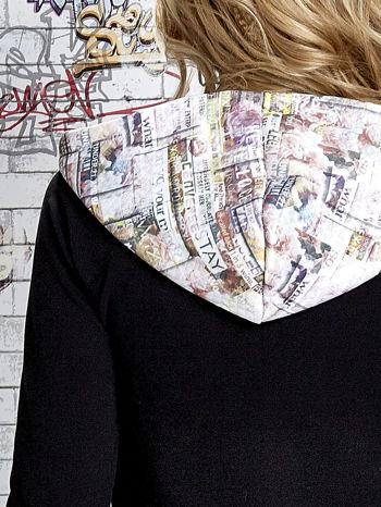 Czarna bluza z kapturem i motywem newspaper print                                  zdj.                                  7