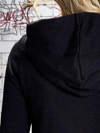 Czarna bluza z kapturem z kolorowymi przeszyciami                                  zdj.                                  8