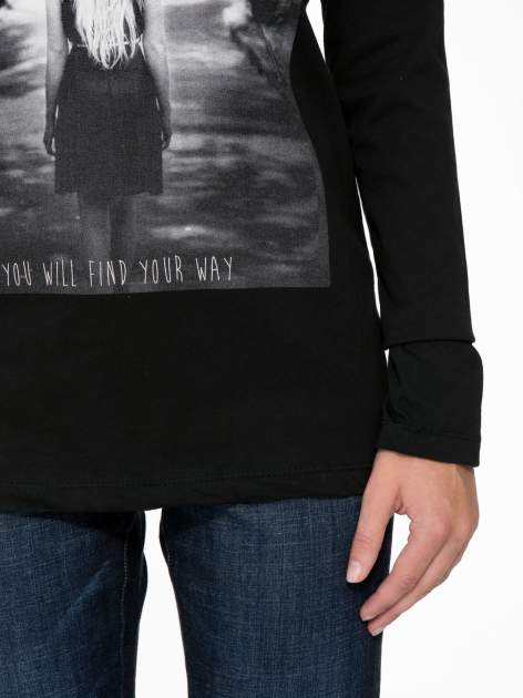 Czarna bluzka z fotografią dziewczyny                                  zdj.                                  7