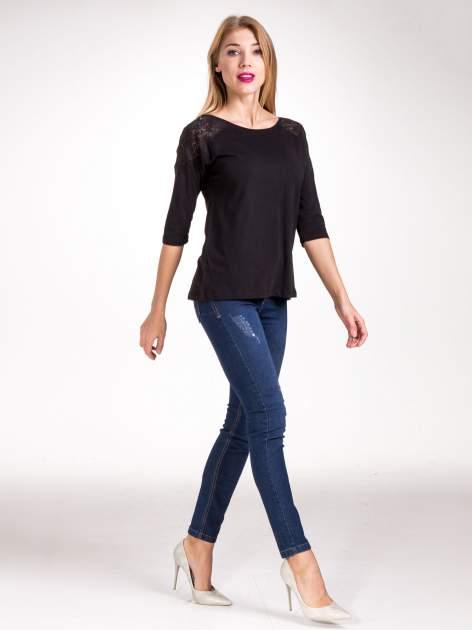 Czarna bluzka z koronkową wstawką na ramionach                                  zdj.                                  9