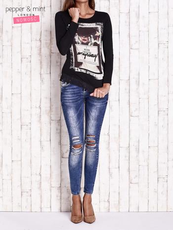 Czarna bluzka z nadrukiem dziewczyny                                  zdj.                                  4