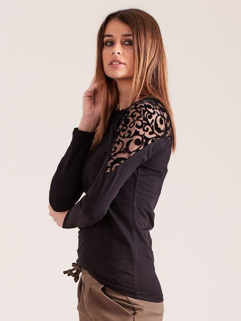 Czarna bluzka z ozdobnym dekoltem                              zdj.                              3