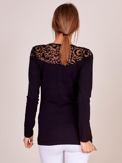 Czarna bluzka z transparentnym ornamentowym dekoltem                              zdj.                              2