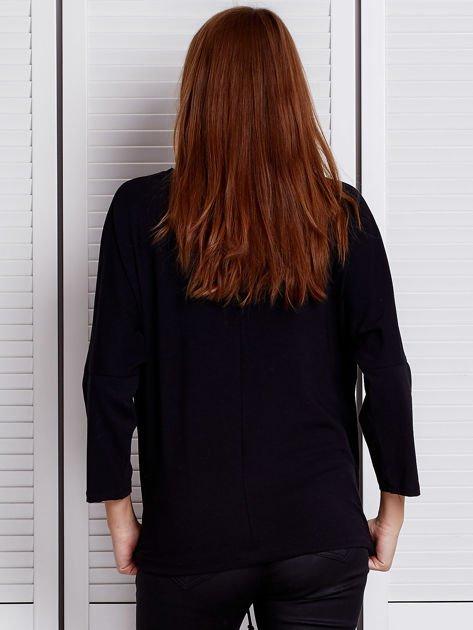 Czarna bluzka z troczkiem i dżetami                              zdj.                              2