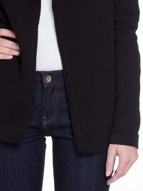 Czarna bluzonarzutka z klapami o kroju waterfall                                  zdj.                                  6