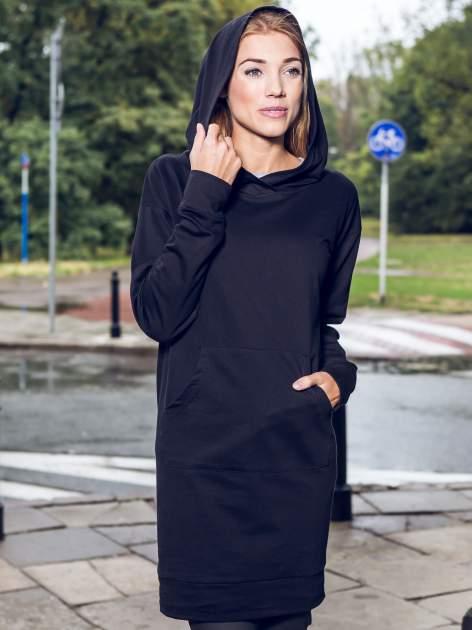 Czarna dresowa bluzosukienka z kapturem i kieszenią typu kangur                                  zdj.                                  11