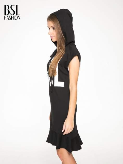 Czarna dresowa sukienka z kapturem i falbaną na dole z napisem BSL                                  zdj.                                  5
