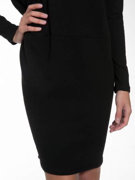 Czarna dresowa sukienka z nietoperzowymi rękawami                                  zdj.                                  6