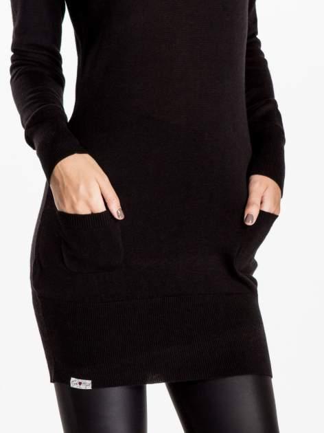 Czarna dzianinowa sukienka z perełkami na ramionach                                  zdj.                                  4
