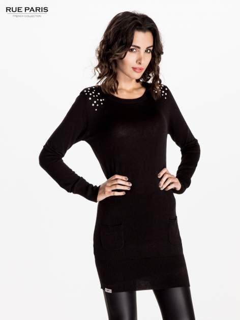 Czarna dzianinowa sukienka z perełkami na ramionach