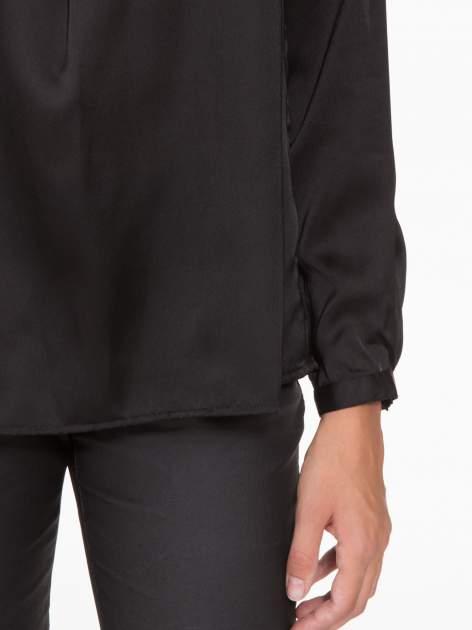 Czarna elegancka atłasowa koszula z zakładkami przy dekolcie                                  zdj.                                  8