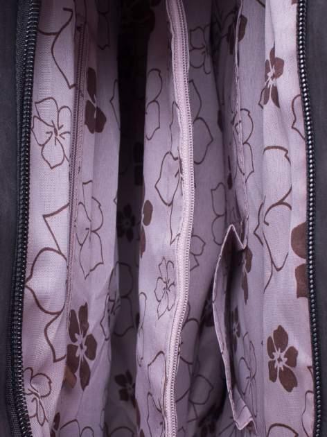 Czarna fakturowana torba z odpinanym paskiem                                  zdj.                                  4