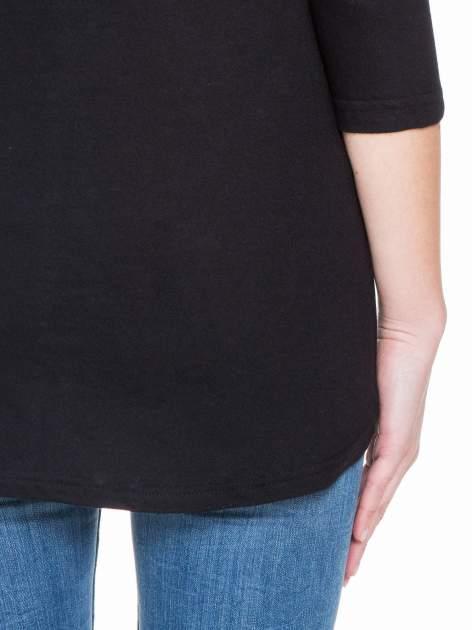 Czarna gładka bluzka z dłuższym tyłem                                  zdj.                                  8