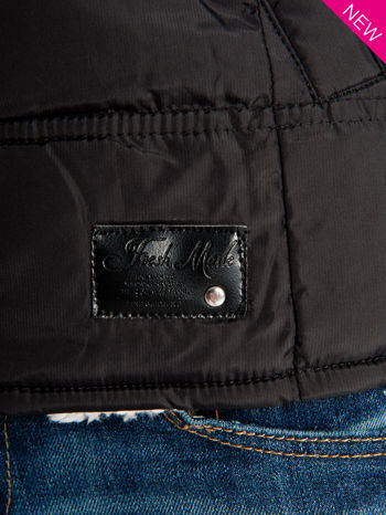 Czarna kamizelka puchowa z kapturem z zapięciem w stylu budrysówki                                  zdj.                                  6