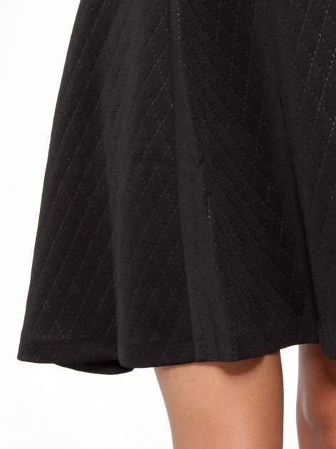 Czarna klasyczna sukienka z rozkloszowanym dołem w pikowany wzór                                  zdj.                                  13
