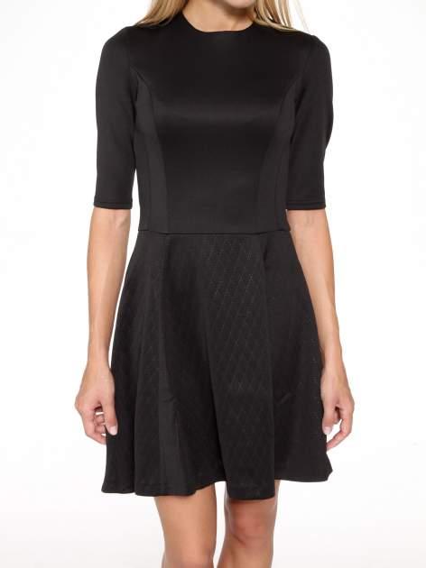 Czarna klasyczna sukienka z rozkloszowanym dołem w pikowany wzór                                  zdj.                                  8
