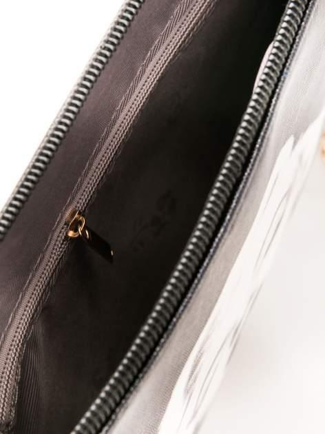 Czarna kopertówka z nadrukiem Marilyn Monroe, frędzlami i złotym łańcuszkiem                                  zdj.                                  7