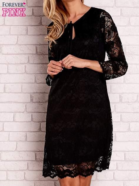 Czarna koronkowa sukienka z wiązaniem
