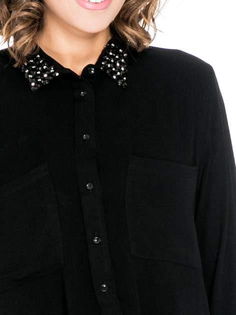 Czarna koszula z kołnierzykiem z ozdobnymi kamieniami                                  zdj.                                  7
