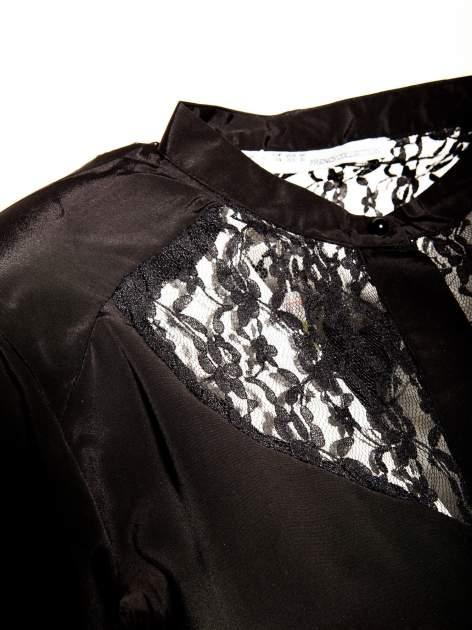 Czarna koszula z koronkowym żabotem w stylu wiktoriańskim                                  zdj.                                  3