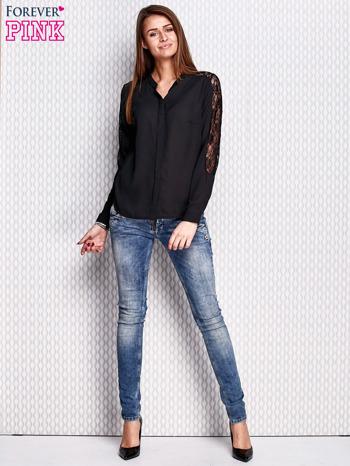 Czarna koszula z koronkowymi wstawkami na ramionach                                   zdj.                                  2