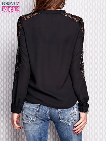 Czarna koszula z koronkowymi wstawkami na ramionach                                   zdj.                                  4