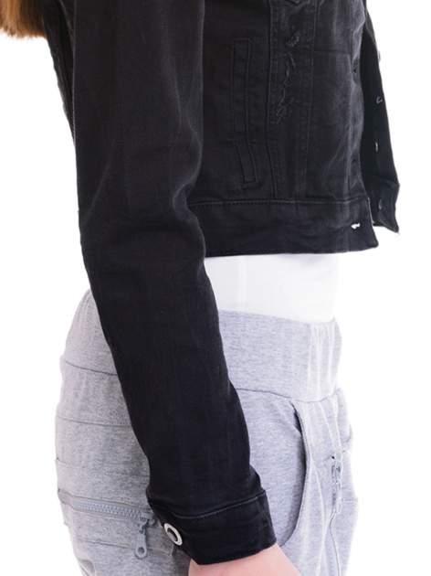 Czarna kurtka jeansowa damska z ozdobnymi guzikami                                  zdj.                                  6