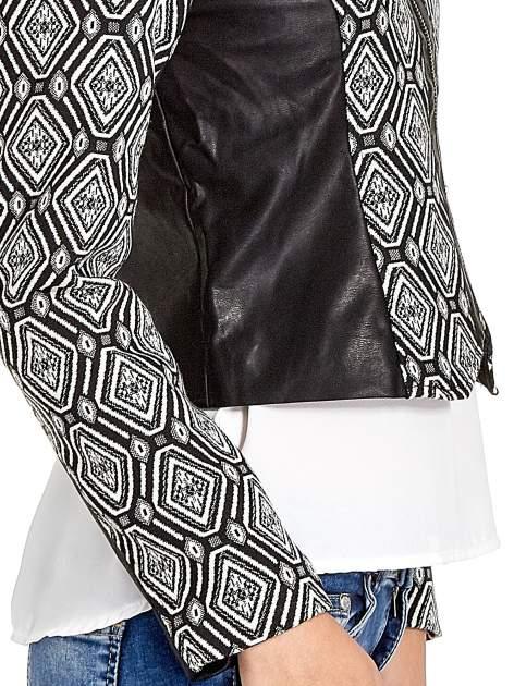 Czarna kurtka w geometryczne wzory ze skórzanymi wstawkami                                  zdj.                                  7