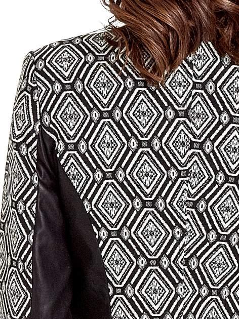 Czarna kurtka w geometryczne wzory ze skórzanymi wstawkami                                  zdj.                                  8