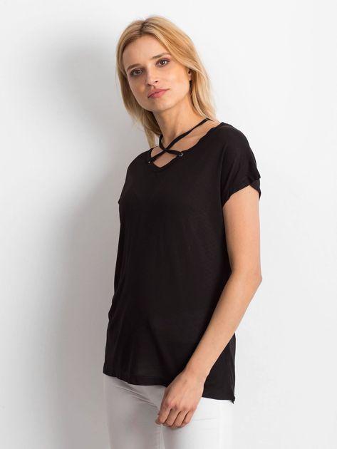 Czarna lejąca bluzka z cienkimi paseczkami                              zdj.                              3