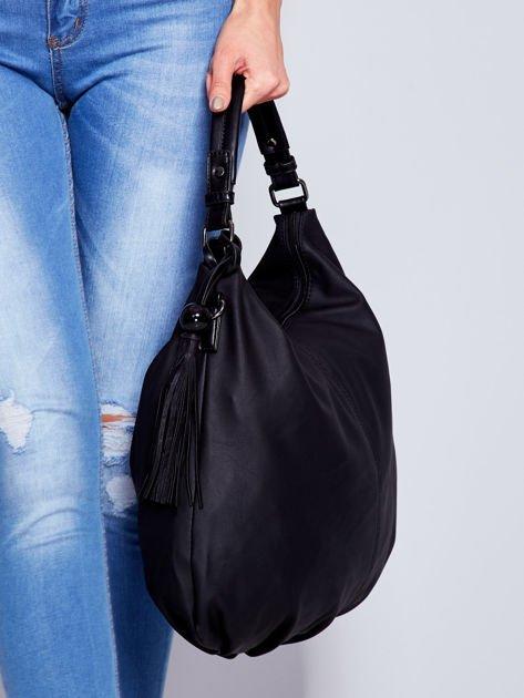 Czarna miękka torba na ramię z ozdobną przywieszką                              zdj.                              5