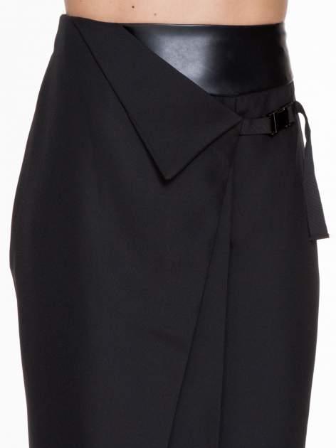 Czarna ołówkowa spódnica z zakładkami i skórzanym pasem                                  zdj.                                  5