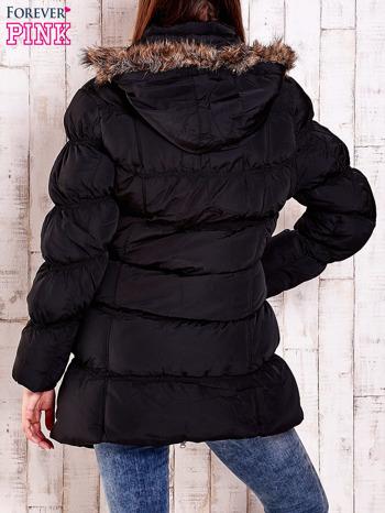 Czarna pikowana kurtka z futrzanym wykończeniem kaptura                                  zdj.                                  6
