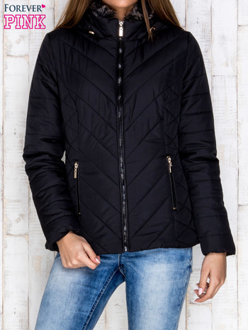 Czarna pikowana kurtka z kapturem i futrzanym kołnierzem                                  zdj.                                  1