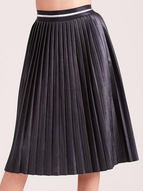 Czarna plisowana spódnica midi z eko skóry                              zdj.                              1