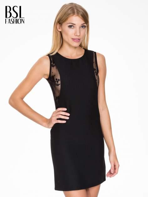 Czarna prosta sukienka z koronką po bokach                                  zdj.                                  1