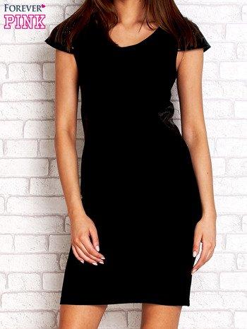 Czarna prosta sukienka ze skórzanymi rękawami