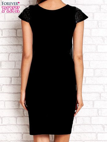 Czarna prosta sukienka ze skórzanymi rękawami                                  zdj.                                  2