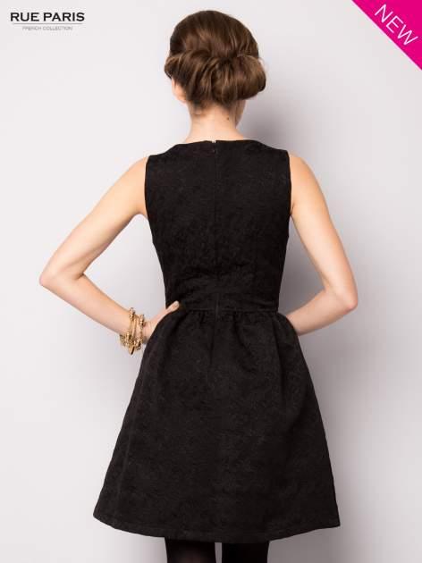 Czarna rozkloszowana sukienka z żakardowego materiału                                  zdj.                                  4