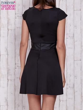 Czarna rozkloszowana sukienka ze skórzanym pasem                                  zdj.                                  2