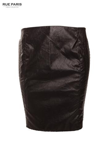 Czarna skórzana spódnica tuba z pikowanymi pasami po bokach